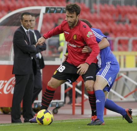 Víctor Casadesús defiende un balón ante un jugador de la Ponferradina.