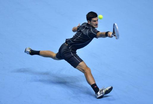 El serbio Novak Djokovic devuelve una bola durante el partido.