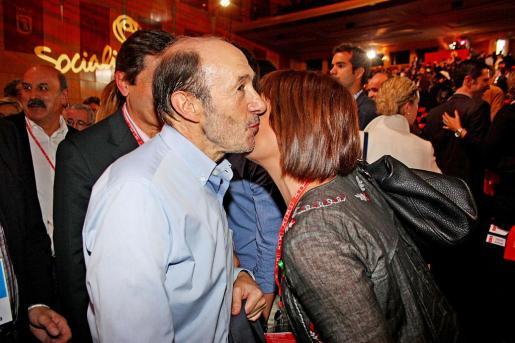 Rubalcaba besa a Francina Armengol.