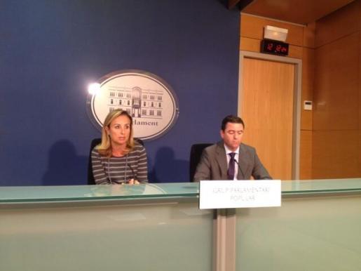 La portavoz del Partido Popular en el Legislativo, Margalida Cabrer, y el diputado este mis grupo, Miguel Jerez, en rueda de prensa.