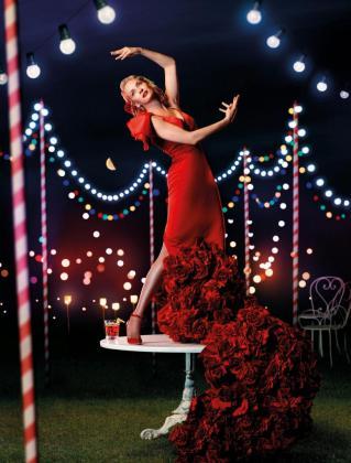 Fotografía facilitada por Campari, que aunque la Feria de Sevilla se celebra en abril, ha elegido el mes de mayo para que Uma Thurman luzca, cual muñeca flamenca, un vestido rojo de Vicky Martin Berrocal.