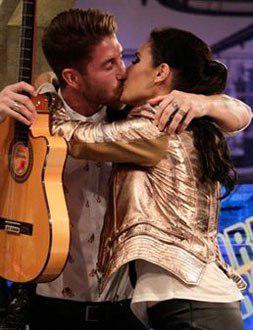 Sergio Ramos y Pilar Rubio, en una apasionada imagen en el programa 'El Hormiguero'.