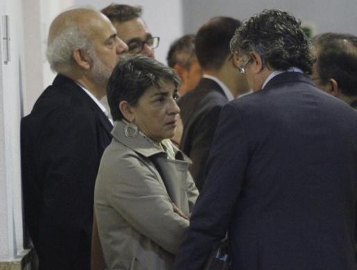 Albert Moragues, apoyado en la pared, y Francisca Socías, en primer plano.