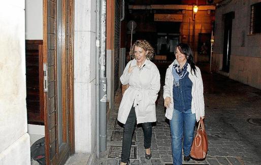 Calvo, acompañada de una concejala de Palma, llegando al PSIB.