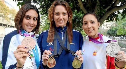 Marga Crespí, Melani Costa y Brigit Yagüe posan con sus medallas.