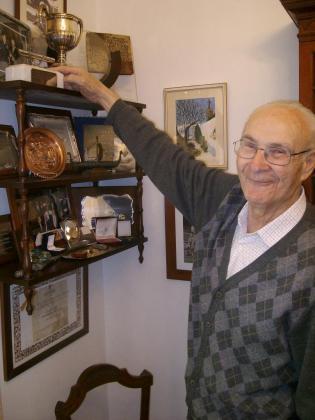Nito Bagur posó en 2008 en su casa con la Copa de Europa que ganó en 1960.