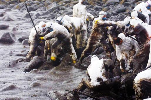 Voluntarios de Mallorca, limpiando el chapapote que impregnó la costa gallega. Trabajaron desde diciembre de 2002 hasta mayo de 2003. g Fotos: J. TORRES