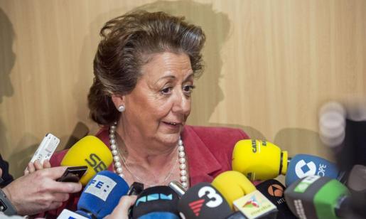 La alcaldesa de Valencia, Rita Barberá, atiende a los medios de comunicación en la Ciudad de la Justicia de Valencia, tras prestar declaración como testigo ante el juez José Castro.