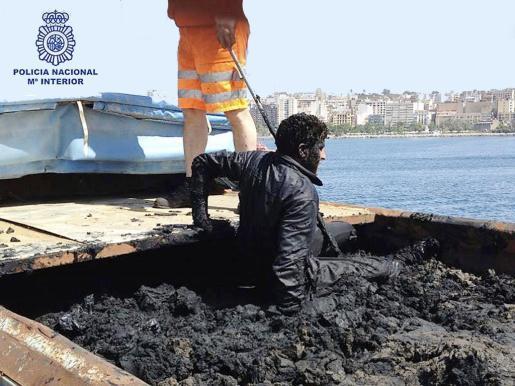 Un inmigrante que intentaba llegar a la Península en los contenedores de basura que a diario salen de Ceuta.