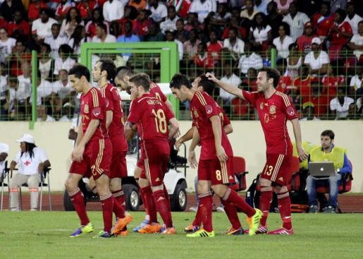 Los jugadores de la selección española felicitan a Santi Cazorla, c-d., tras marcar el primer gol del combinado español.