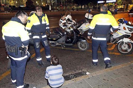 'El Juanito', sentado en la acera tras perpetrar un robo en la plaza de España.
