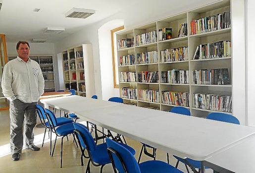 El alcalde junto a una de las salas de la nueva biblioteca. Fotos: A.BASSA