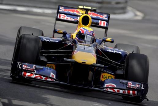 El piloto australiano de Fórmula Uno Mark Webber, de Red Bull Racing, se dispone a ganar la primera posición en la parrilla del Gran Premio de Mónaco durante la sesión clasificatoria disputada en el circuito de Montecarlo.