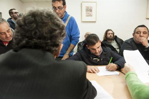 Momento de la firma del acuerdo que pone fin a la huelga de limpieza en Madrid.