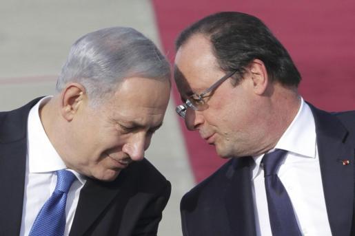El presidente francés François Hollande (d) habla con el primer ministro israelí, Benjamín Netanyahu.