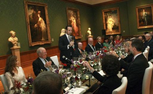 Fotografía facilitada por la Casa de S.M el Rey, en la que el presidente de las Islas Baleares, José Ramón Bauzá (de píe) hace un brindis durante la cena celebrada en la exquisita sala de retratos de la Huntington Library.