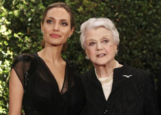 Las actrices Angela Lansbury y Angelina Jolie posan tras recibir el premio.