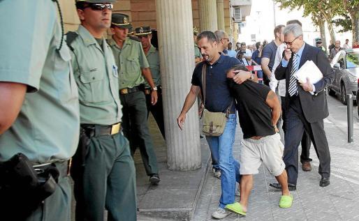 Alejandro de Abarca en los juzgados de Inca tras ser detenido en julio de 2010.
