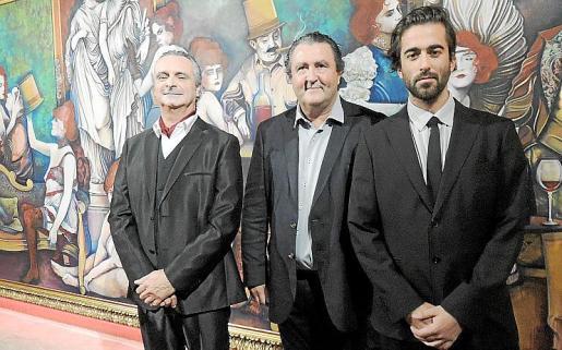 Biel Duran, Ramón Servalls y Carlos Prieto, instantes después del descubrimiento del gran cuadro.