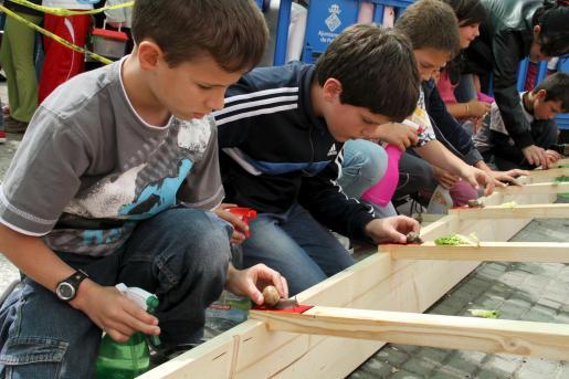 Los niños se lo pasaron de primera con esta divertida carrera de caracoles.