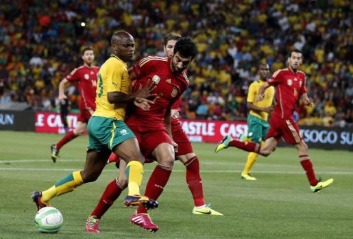 Raúl Albiol (derecha) regatea al jugador Tokelo Rantie durante el partido amistoso que ha enfrentado a las selecciones de España y Sudáfrica.