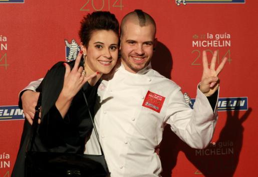 El chef David Muñoz y su esposa Ángela Montero, del restaurante DiverXO de Madrid, celebran la tercera estrella de la Guía Michelin España & Portugal 2014 entregada anoche en el Museo Guggenheim Bilbao.