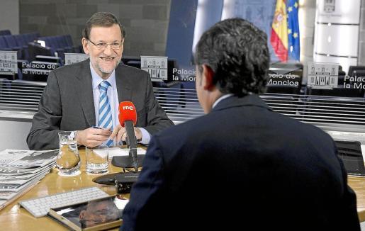 Rajoy, durante una entrevista en el programa «Las mañanas de RNE» con el periodista Alfredo Menéndez.