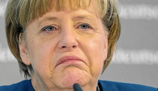 Merkel da un discurso durante su participación en un congreso organizado por el diario alemán 'Süddeutsche Zeitung' en Berlín.
