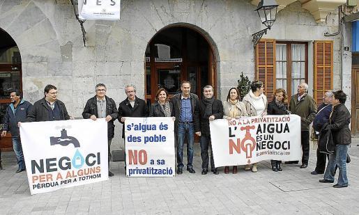 Representantes del PSOE, Independents y Més ayer ante el Ajuntament.