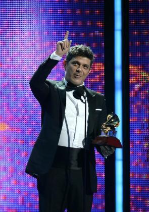 El cantante español Alejandro Sanz sostiene el premio Grammy a Mejor Álbum Vocal Pop Contemporáneo.