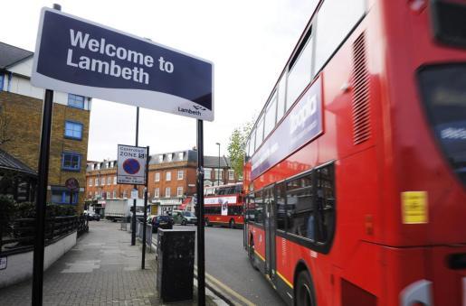 Un autobús pasa por delante de una señal de bienvenida de Lambeth, al sur de Londres, donde fueron liberadas las tres mujeres esclavizadas durante 30 años.