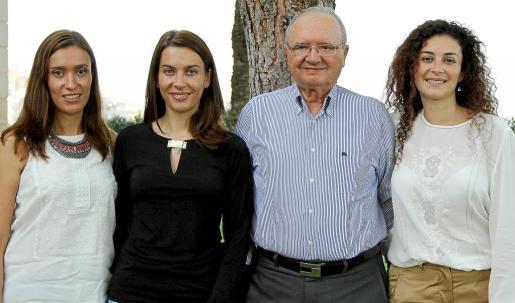 Joan Llull, junto a sus hijas, Lluïsa, Maria Antònia y Gabriela. La sede central del grupo Hipotels se encuentra en Cala Millor.