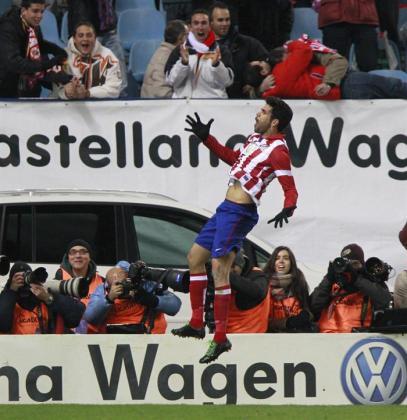 El futbolista del Atlético de Madrid, Diego Costa, celebra el gol de chilena anotado ante el Getafe en el Vicente Calderón.