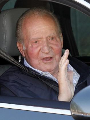 El rey Juan Carlos saluda a su salida del Hospital Universitario Quirón de Madrid.