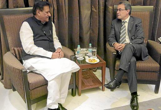 Mas se reunió ayer con Prithviraj Chavan (i), jefe de Gobierno de la región de Maharashtra.