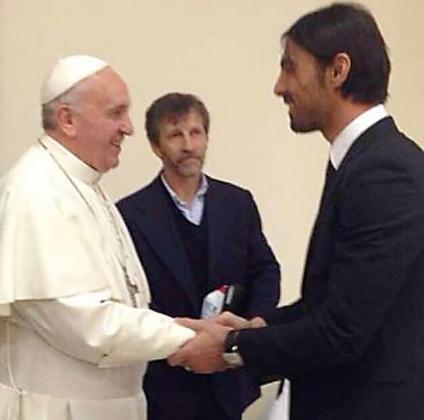El papa Francisco saluda a Dudú Aoaute.