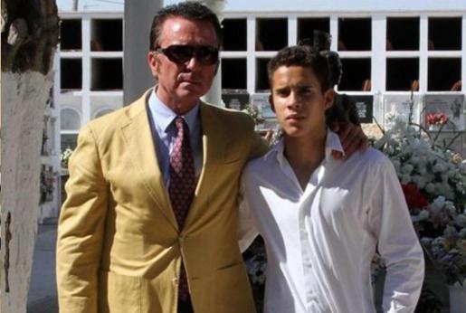 José Fernando junto a su padre, en una imagen de archivo.