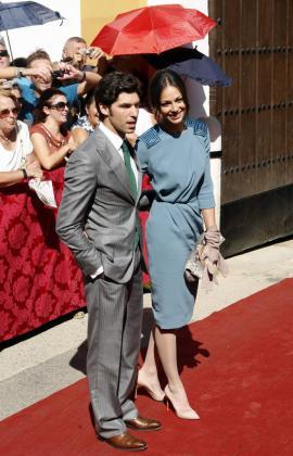 El torero Cayetano Rivera Ordoñez con su novia la presentadora Eva González, a su llegada al Palacio de Las Dueñas en Sevilla donde contrajo matrimonio la duquesa de Alba, Cayetana Fitz-James Stuart y Alfonso Díez en 2011.