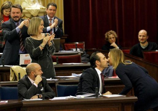 José Ramón Bauzá, a la derecha de la imagen, saluda a Mabel Cabrer tras la intervención de ésta ayer en el Debate de Política General en el Parlament.