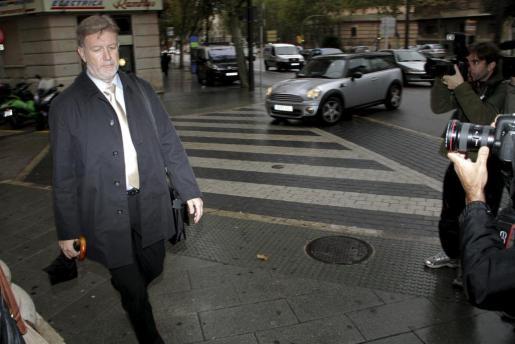 El exintendente de la Policía Local, Antoni Vera, a su llegada a los juzgados.