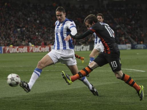 El jugador de la Real Sociedad Jon Ansotegi (izda) pelea por el control del balón con el jugador del Shakhtar Donetsk, Bernard (dcha).