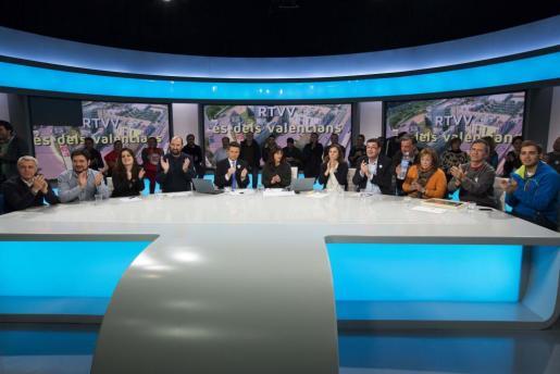 Trabajadores de Radio Televisión Valenciana (RTVV) en el plató de informativos junto a representantes de los partidos de la oposición y la presidenta de la Asociación Victimas del Metro, Beatriz garrote.