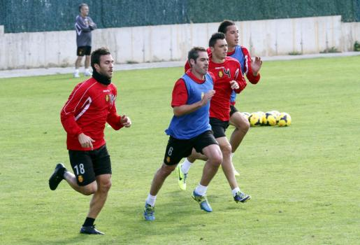Varios jugadores del Mallorca, durante un entrenamiento del equipo.