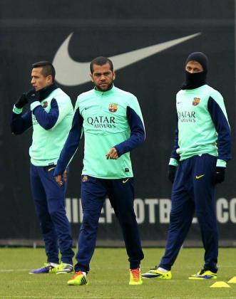 Los jugadores del Barcelona Alexis Sánchez, Dani Alves y Neymar (i a d), durante un entrenamiento.
