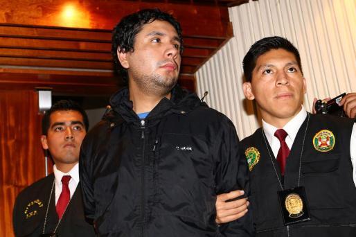 """Fotografía cedida por el Ministerio del Interior de Perú en la que se ve a dos agentes de la policía peruana que custodian a Arturo Dodero Tello, alias """"Maxi""""."""