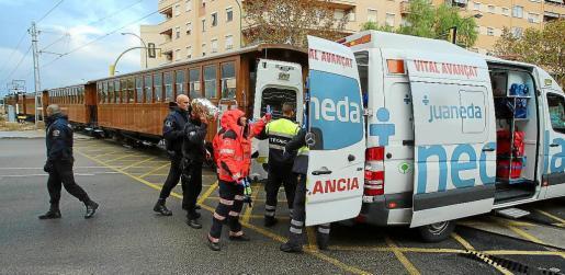 La policía y varias ambulancias acudieron al lugar del atropello y prestaron aistencia al joven.