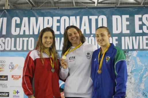 Melani Costa, en el centro, junto a Duane da Rocha (i) y Africa Zamorano (d).