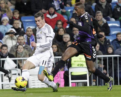 El centrocampista galés del Real Madrid, Gareth Bale (i) controla el balón ante el defensa marroquí del Valladolid Zakara Bergdich.