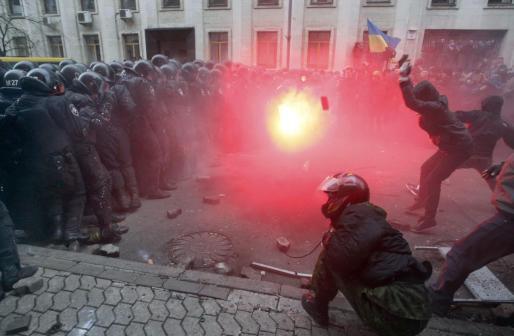 Un momento de los enfrentamientos entre protestantes y policía en Kiev.