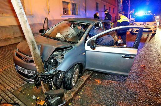 Dos chicas circulaban por las Avingudes de Palma, perdieron el control y se estrellaron contra un árbol.